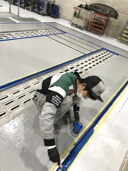 車体実習場の床塗り【その3】
